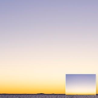 Morgenstimmung am Meer, wobei der klare Himmel den grössten Teil des Bildes einnimmt