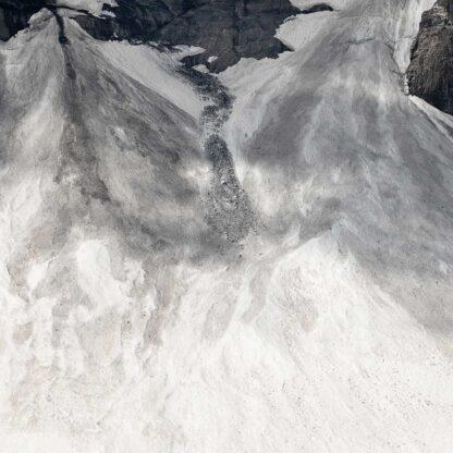 Schneefelder mit Geröll an einem Berghang