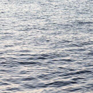 Unscharf aufgenommene, kabbelige See ohne Horizont